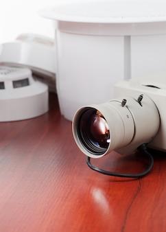 Videobeveiligingsapparatuur en blauwdruk op een tafel. goed voor beveiligingsbedrijf