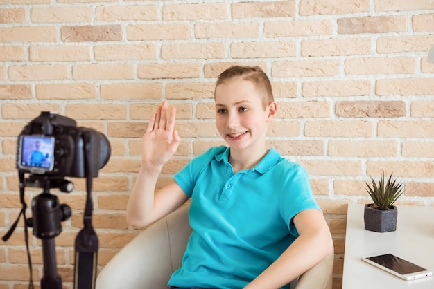 Videoblogger van tienerjongens maakt inhoud voor zijn kanaal
