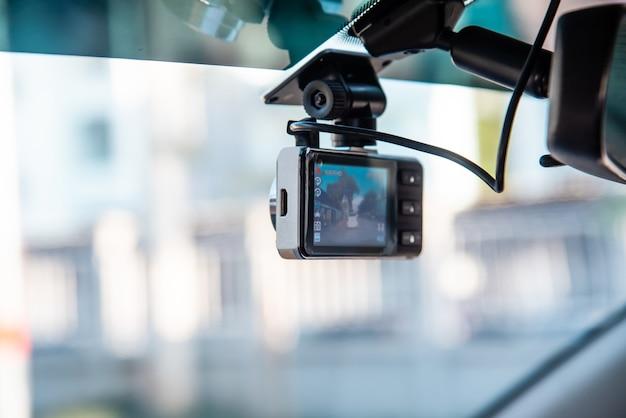 Videocamera bevestigd aan de voorruit van een auto om het rijden op te nemen en gevaar tijdens het rijden te voorkomen