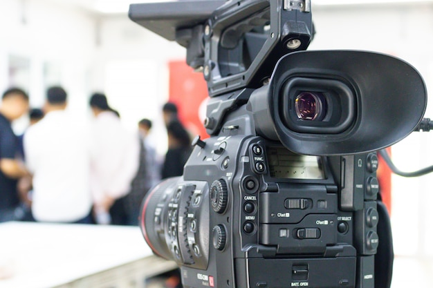 Videocamera die een groep mensen opneemt