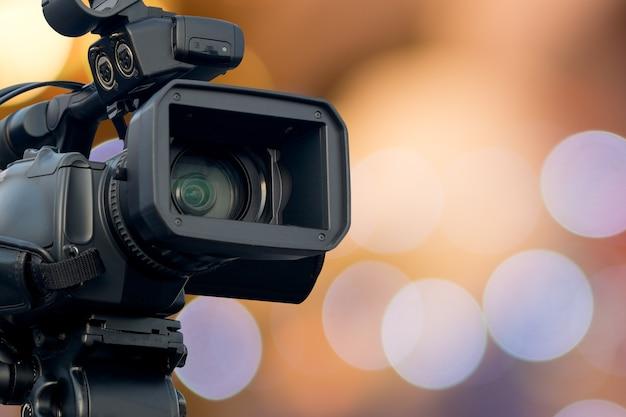 Videocamera met wazig licht boken achtergrond