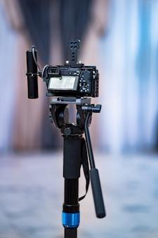 Videocamera op een monopod. installatie van apparatuur voor het fotograferen van evenementen en vakanties. professionele schietpartij.