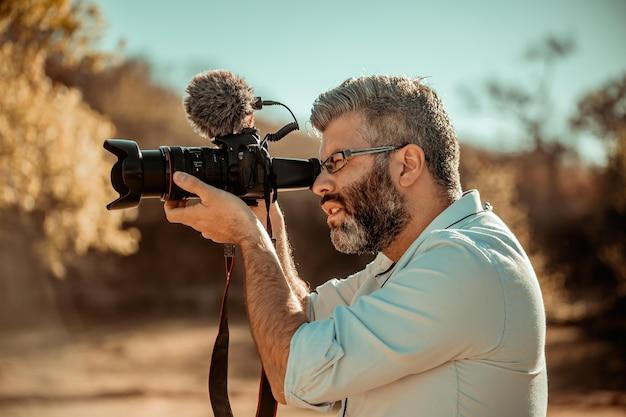 Videocamera-operator die buiten filmt