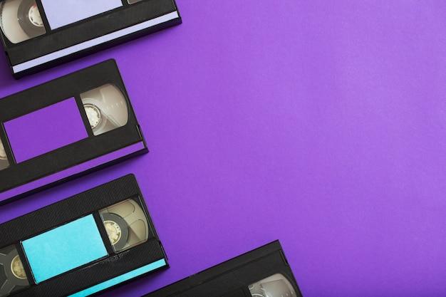 Videocassette op violet.
