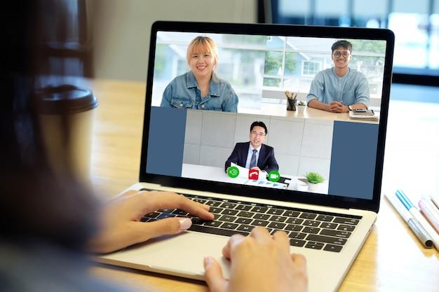 Videoconferentie, werken vanuit huis, brainstormen over schaven van teamwerk, aziatisch zakelijk team dat videogesprekken voert via virtueel web
