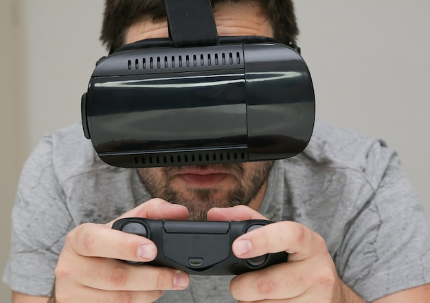 Videogame spelen in virtual reality met controle