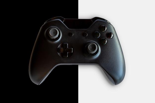 Videogamecontroller en gamecontroller. zwart-witte achtergrond. selectieve aandacht.