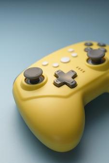 Videogames, entertainment thuis. spel joystick op een blauwe achtergrond. mobiel spelconcept. oude spellen.