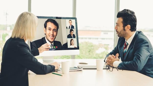 Videogesprek groep mensen uit het bedrijfsleven bijeen op virtuele werkplek of externe kantoor