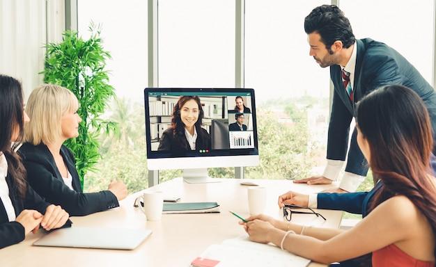 Videogesprek groep mensen uit het bedrijfsleven bijeen op virtuele werkplek of op afstand kantoor