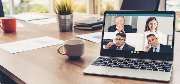Videogesprek mensen uit het bedrijfsleven bijeen op virtuele werkplek of externe kantoor