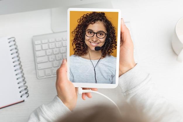 Videogesprek met een meisje op het scherm. online conferentie. educatieve webinar.