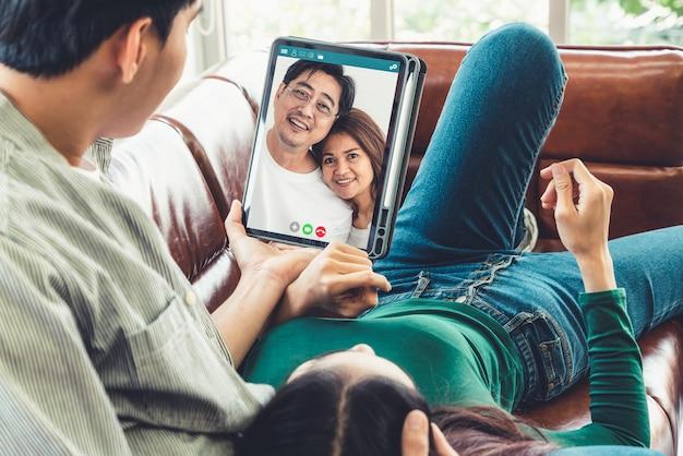 Videogesprek met het hele gezin terwijl u thuis veilig blijft tijdens de uitbraak van het coronavirus