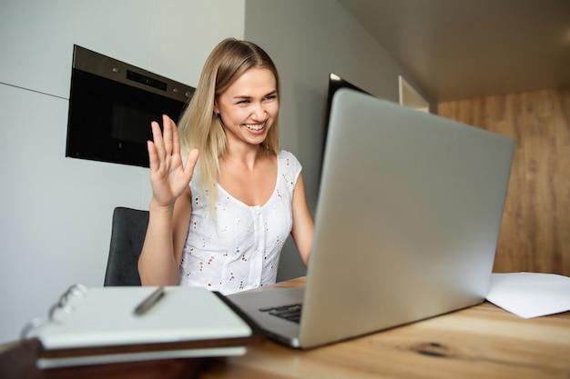 Videogesprek, videoconferentie met andere mensen op laptop binnenshuis. online leren en werken. vrouw met laptop computer thuis werken