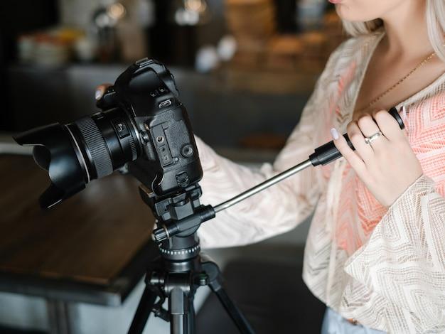 Videograaf aan het werk. videofilmen voor tv. berichtgeving. massamedia telecommunicatie concept