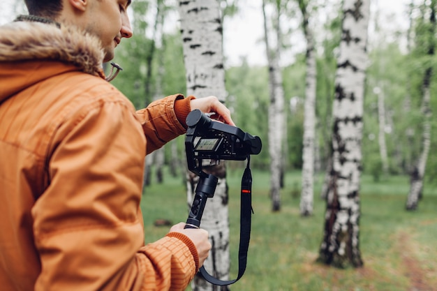 Videograaf filmt lente bos. man met steadicam en camera om beelden te maken. video shoot