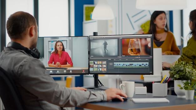 Videograaf in online webconferentie met projectmanager bij het bewerken van videogesprekken met klanten om...