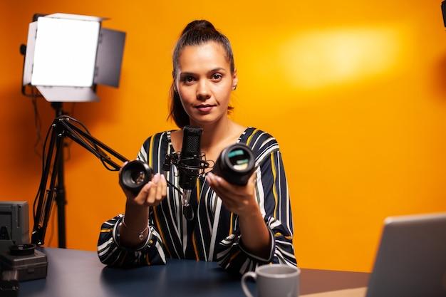 Videograaf praat over cameralens tijdens haar podcast