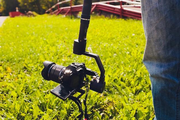 Videograaf werkt aan het rapport.
