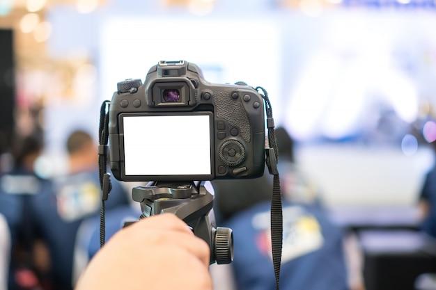 Videojournalist of verslaggever op lcd-scherm lege camera