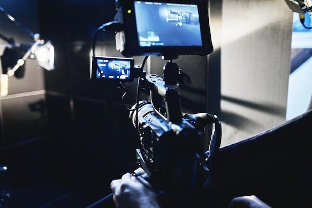 Videoproductie backstage achter de schermen bij het maken van videocontent een professioneel team