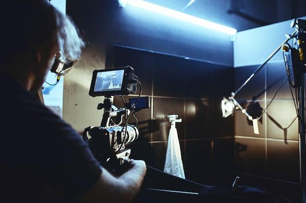 Videoproductie backstage. achter de schermen bij het maken van videocontent, filmt een professioneel team van cameramensen met een regisseur commerciële advertenties. creatie van videocontent, industrie voor videocreatie.
