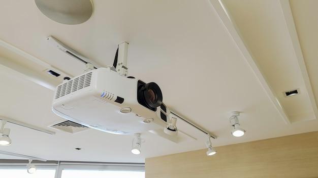 Videoprojector aan plafond
