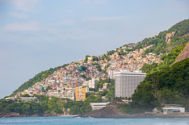 Vidigal heuvel gezien vanaf leblon beach in rio de janeiro, brazilië.