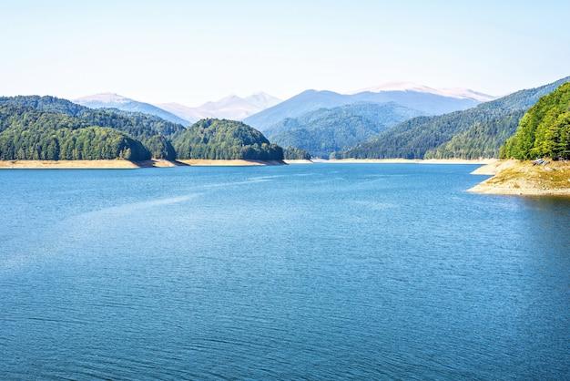 Vidraru-meer in karpatische bergen roemenië