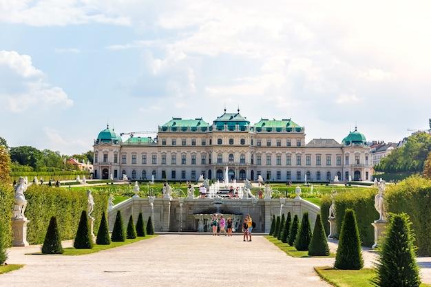 Vienna, oostenrijk - 20 augustus, 2018: upper belvedere palace uitzicht vanaf de fontein