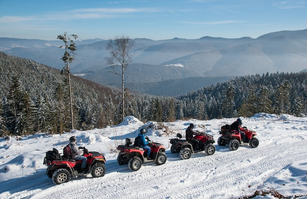Vier atv-rijders op offroad-quads