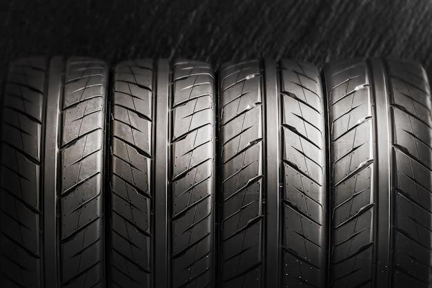Vier banden voor sportief rijden, driften en autoracen. detailopname
