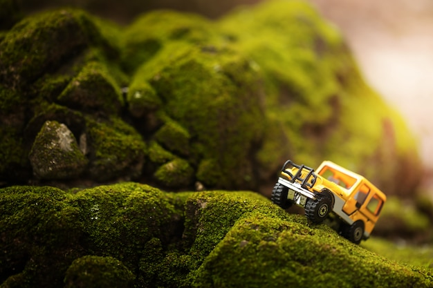 Vier bij vier off-road auto kruising door de berg bedekt met groen mos. reis- en raceconcept voor vierwielaandrijving van wegvoertuig.