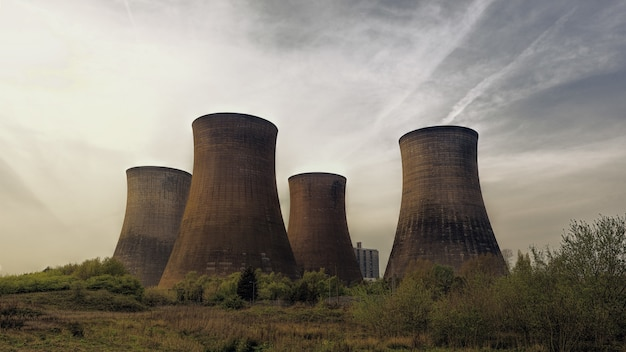 Vier bruine betonnen torens