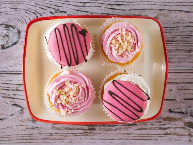 Vier cupcakes in een kom op tafel