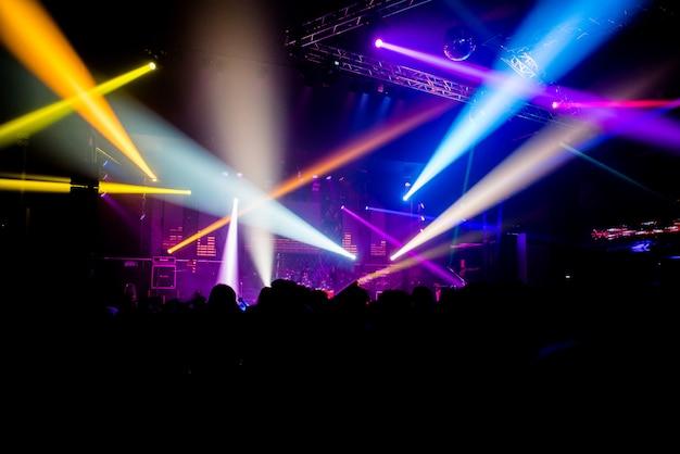 Vier de nacht in de nacht banket service dansen en genieten met collega-dansers en dj's.