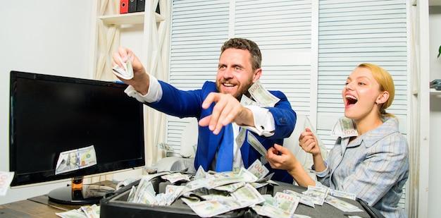 Vier de winst. gemakkelijke zakelijke tips voor winst. man en vrouw vrolijke gelukkige collega's overgeven dollarbankbiljetten. winst en rijkdom concept. zakenman houdt contante dollars. enorme winst concept.