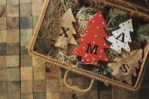 Vier decoratieve houten kerstbomen met uitgesneden letters xmas en kerstversieringen