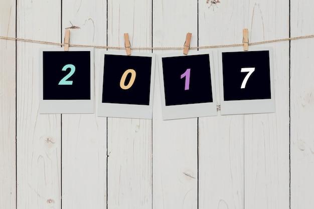 Vier fotolijst en tekst 2017 voor nieuwjaar op witte achtergrond met ruimte hangen.
