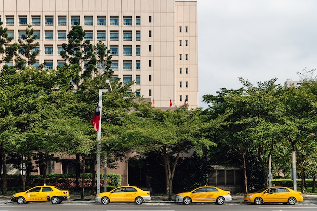 Vier gele taxi's die op klanten langs de straat in taipeh, taiwan wachten.
