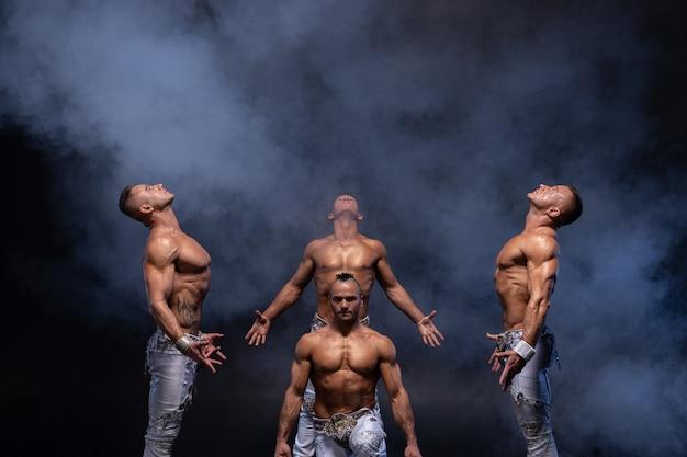 Vier gespierde gotische man shirtless op zwart