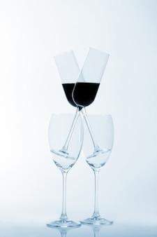 Vier glazen wijn op een lichte muur