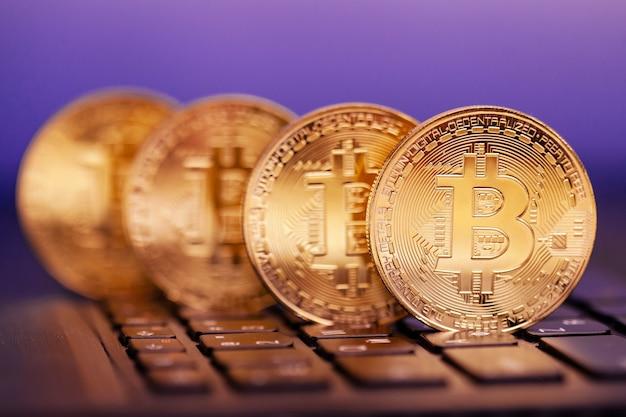Vier gouden bitcoins op het toetsenbord