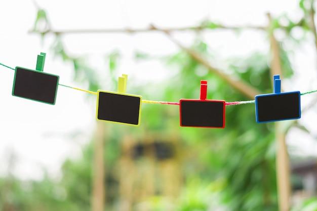 Vier het lege hout hangen op kabel op aardachtergrond