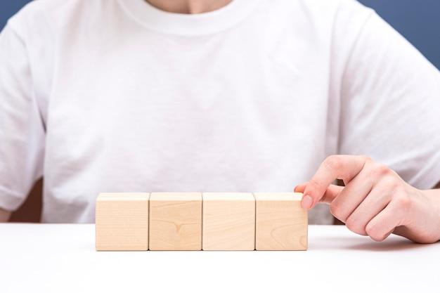 Vier houten blokken