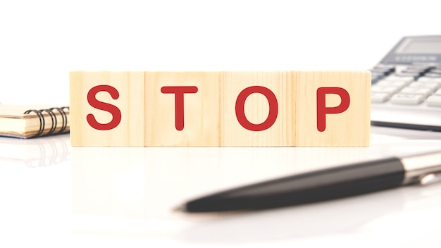 Vier houten kubussen met het woord stop