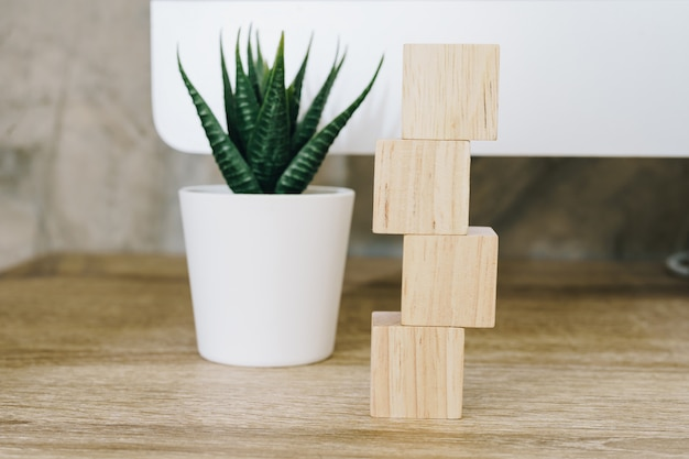 Vier houten stuk speelgoed kubussen op houten lijstachtergrond met exemplaarruimte