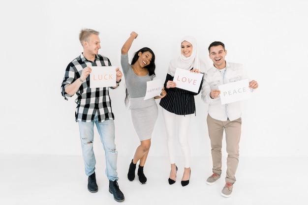 Vier jonge vrienden, studenten van verschillende nationaliteiten en religies samen op een witte achtergrond