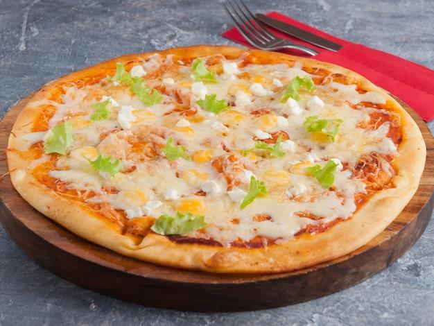 Vier kaas pizza of quattro formaggio op een houten bord
