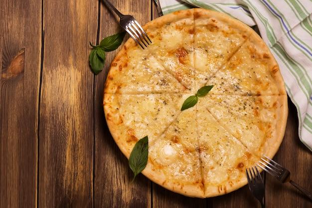Vier kaaspizza met basilicum en orego